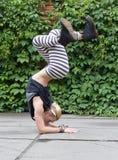 Breakdance di dancing della ragazza sulla via Fotografia Stock