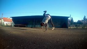 Breakdance di dancing di Breakdancer sulla via 4K stock footage