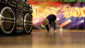 Breakdance dinámicamente de baile del muchacho almacen de metraje de vídeo