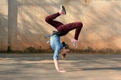 Breakdance flicka Royaltyfri Bild