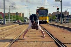 Breakdance joven del baile del individuo en tramlines en la ciudad Imagen de archivo libre de regalías