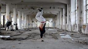 Breakdance joven del baile del muchacho en el pasillo viejo almacen de video