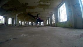 Breakdance joven en el pasillo viejo, 4K del baile del muchacho almacen de video