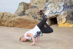 Breakdance-Mädchen, blondes Mädchentanzen außerhalb des Hip-Hop auf Sand Stockfotografie