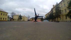 Breakdance no parque do patim, 4K da dança do adolescente vídeos de arquivo