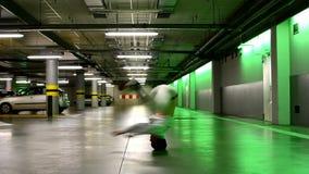 Breakdance Tanzen des jungen Mannes in der Garage stock footage