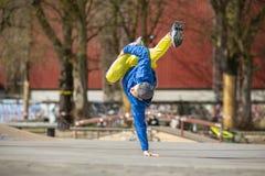 Breakdancebewegung, Ausführender auf dem Straße Spielplatz lizenzfreies stockfoto