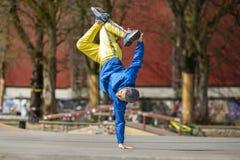 Breakdancebewegung, Ausführender auf dem Straße Spielplatz lizenzfreie stockfotos