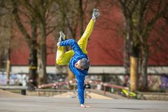 Breakdancebewegung, Ausführender auf dem Straße Spielplatz stockfotos