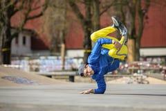 Breakdancebewegung, Ausführender auf der Straße, Spielplatz lizenzfreie stockbilder