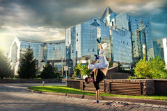 Breakdanceing dans la ville Image libre de droits