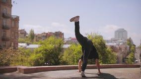Breakdancer人跳舞在都市城市 股票视频