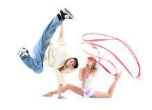 Breakdancer在手边突出和行程举起的和体操运动员 免版税库存照片