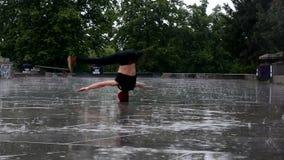 Breakdancer在雨中在布拉格 影视素材