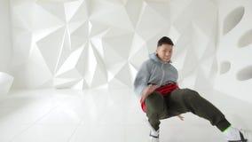 Breakdancer跳舞在一个白色演播室 股票视频