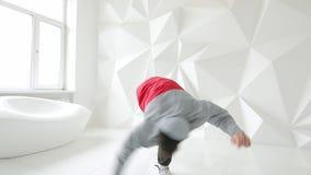 Breakdancer跳舞在一个白色演播室 影视素材