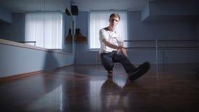 Breakdancer στην αίθουσα για τις πρόβες Εκπαιδεύει έτοιμο για τη δράση Ασκημένη μετακίνηση του χαμηλότερου σπασίματος το shan sno απόθεμα βίντεο