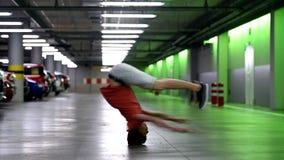 Breakdancer στο γκαράζ απόθεμα βίντεο