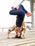 Breakdancer che fa un handstand Immagini Stock