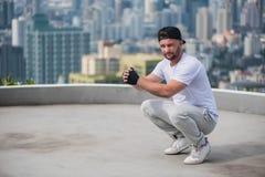 Breakdancer, das am Dach sitzt lizenzfreie stockbilder