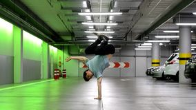 Breakdancer in de garage stock videobeelden