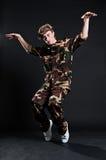 Breakdancer in der Militäruniform Stockfotografie