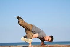 Breakdancer en fondo natural Imágenes de archivo libres de regalías