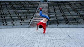 Breakdancer en la calle almacen de metraje de vídeo