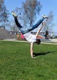 Breakdancer faisant une chiquenaude photo libre de droits