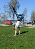 Breakdancer faisant une chiquenaude image stock