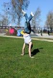Breakdancer faisant une chiquenaude images stock