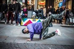 Breakdancer grabbar i den Milan dansen i gatan arkivfoto
