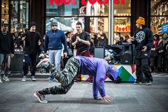 Breakdancer grabbar i den Milan dansen i gatan arkivbilder