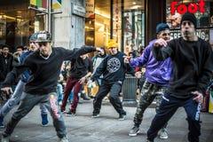 Breakdancer grabbar i den Milan dansen i gatan royaltyfri fotografi