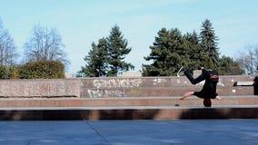 Breakdancer hace girar en su cabeza en la calle almacen de video