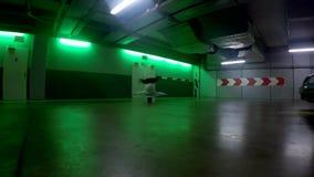 Breakdancer nel garage, 4K stock footage