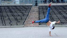 Breakdancer op de straat stock videobeelden