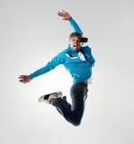 Breakdancer que salta no estúdio foto de stock royalty free