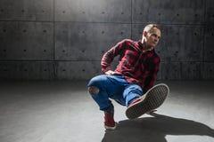 Breakdancer som poserar i studio arkivbild