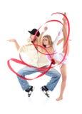Breakdancer steht auf Tiptoe im Profil und in Gymnastmädchen witn Farbband Lizenzfreie Stockbilder