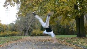 Breakdancer sur la rue banque de vidéos