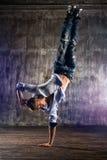 Breakdancer tanzt auf einen weißen Hintergrund Stockfotos