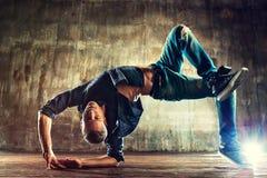 Breakdancer tanzt auf einen weißen Hintergrund Lizenzfreies Stockfoto
