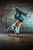 Breakdancer tanzt auf einen weißen Hintergrund Lizenzfreie Stockfotos