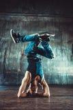 Breakdancer tanzt auf einen weißen Hintergrund Stockbild