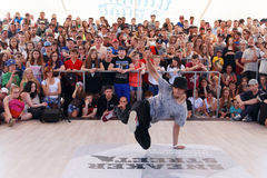 : Breakdancer utför på gatan Royaltyfri Foto