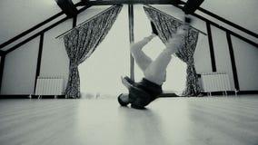 Breakdancer zeigt seine Breakdancefähigkeit stock video