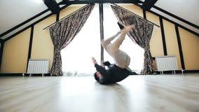 Breakdancer zeigt seine Breakdancefähigkeit stock footage