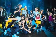 breakdancers庆祝得奖的阶段 库存照片