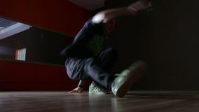 Breakdancing, bailarín, bailando en el pasillo almacen de video